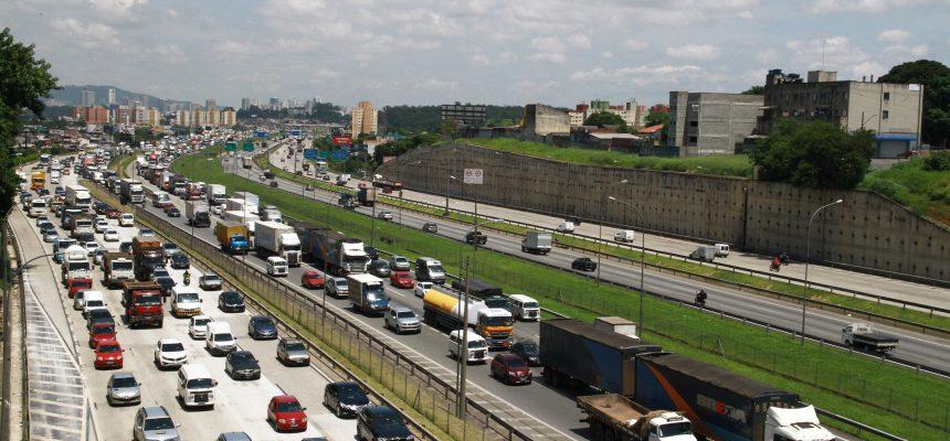 OSASCO (SP), 27.11.2015 - Trânsito intenso na Rodovia Castelo Branco, em Osasco, na altura do Km 14. Foto: Fábio Vieira/FotoRua/Folhapress