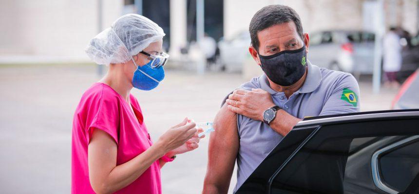 (Brasília-DF, 20/04/2021) Vice-Presidente da República, Hamilton Mourão, durante Vacinação contra COVID-19. Foto: Bruno Batista /VPR