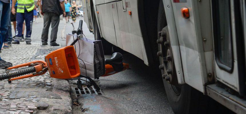Rio de Janeiro - Polícia Civil faz reconstituição do acidente que causou a morte da ciclista Julia Resende de Moura, em 11 de outubro, depois de ter sido atropelada por um ônibus em Botafogo (Tomaz Silva/Agência Brasil)